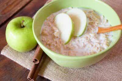 Kur med havregryn och gröna äpplen till frukost