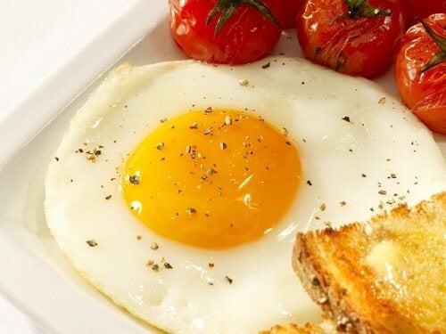 Stekt ägg och tomat