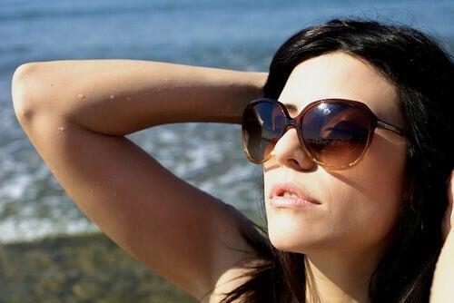 person som solar vid stranden