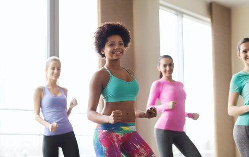 3 danser som hjälper dig att forma ben, rumpa & midja