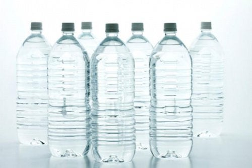 plastflaskor på rad