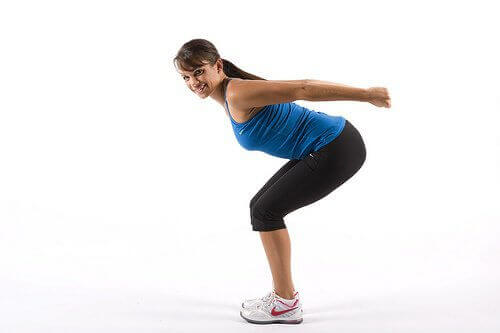 Kvinna gör knäböj