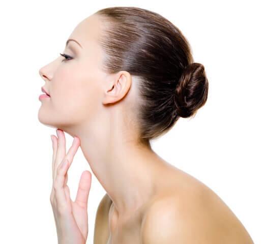 kvinna med felfri och fast hud