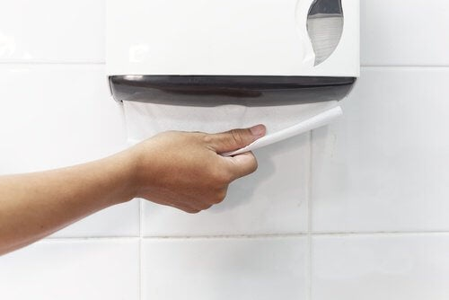 Torka händerna med papper