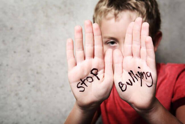 stoppa-mobbning-skrivet-på-barns-handflata