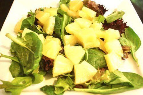 Sallad med ananas och spenat