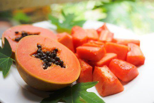 halverad papaya med kärnor i