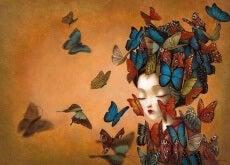 Fjärilar kring kvinna
