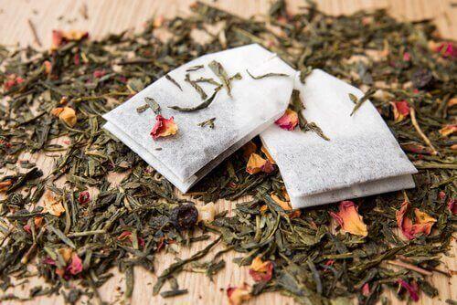 tepåsar liggandes på bord