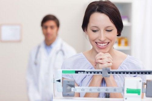 kvinna på våg nöjd över viktnedgång