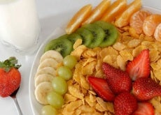 äta frukt till frukost