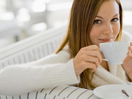 kvinna-som-dricker-te