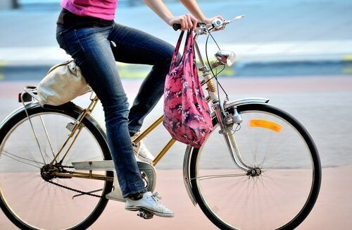 person som cyklar