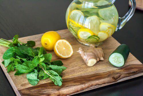 Rensande detox med citron, ingefära & gurka