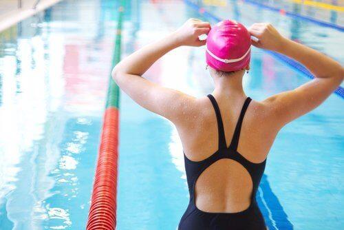 Simning är bra mot knäsmärta