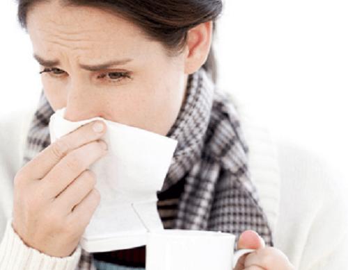 Kvinna med förkylning