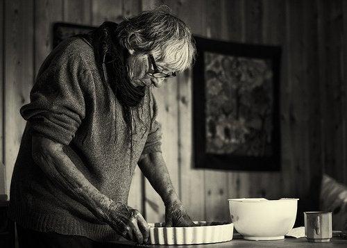 Äldre kvinna bakar