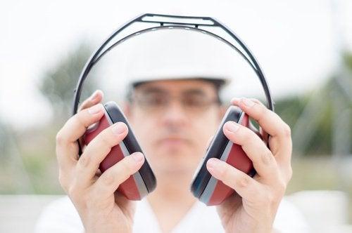 Använd hörselskydd
