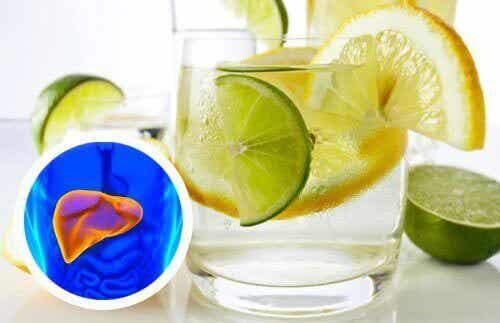 Vatten med citron för att avgifta levern