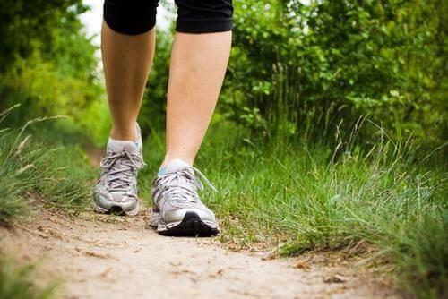 Person promenerar för friska ben