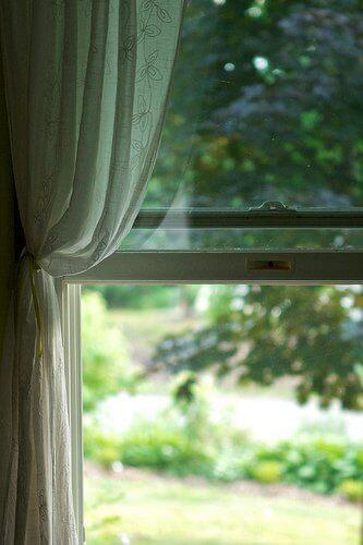 Frisk luft genom öppet fönster