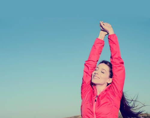 Hälsosam person stretchar
