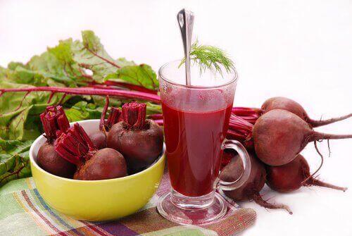 Gör en morots-, äppel- och rödbetsjuice
