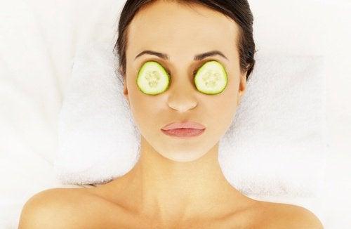 Applicera gurkskivor när du är svullen runt ögonen