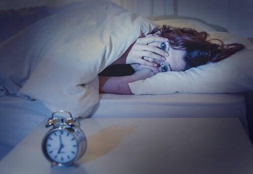 Vad händer när man sover mindre än 8 timmar?