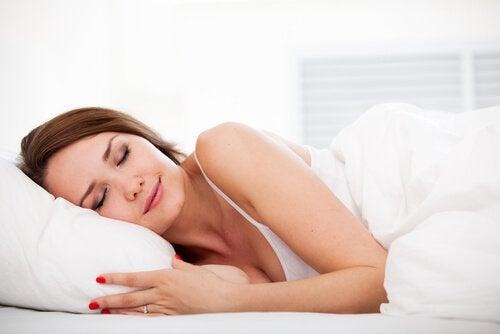 kvinna-som-sover-djupt