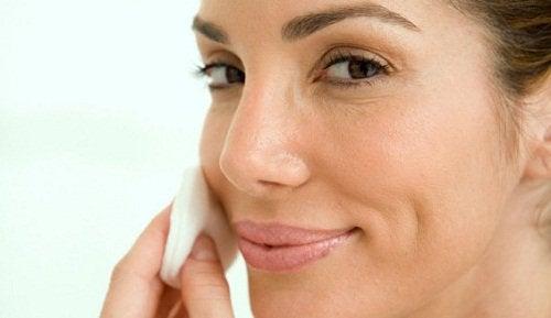 Naturligt ansiktsvatten för vackert strålande hud