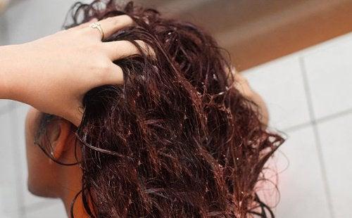 Använd linfrövatten för att stärka ditt hår