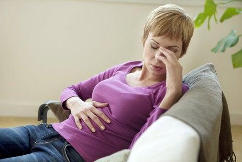 Kvinna med magsmärta