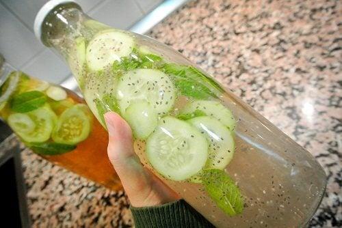 Vatten med ingefära och gurka