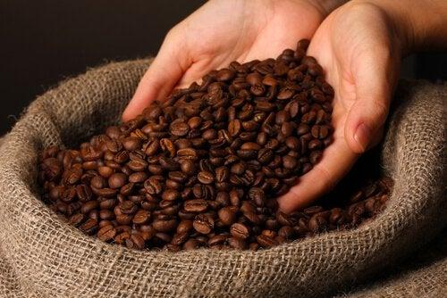 Använd kaffe mot mörka ringar under ögonen