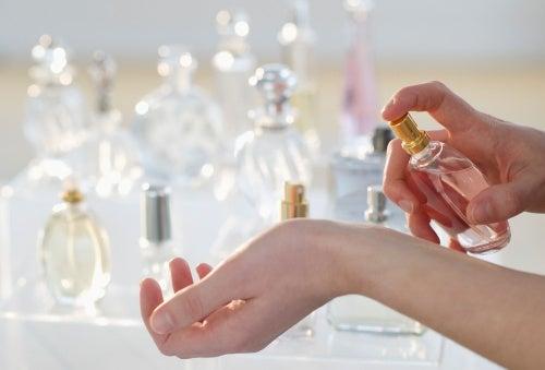Parfym på handleden