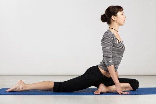 Benstretchning på yogamatta