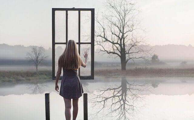 Kvinna-vid-fönster