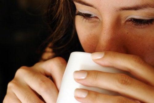 7 fördelar med att dricka varmt vatten på tom mage
