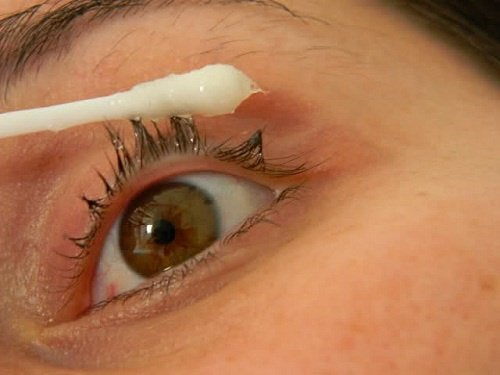 En naturlig huskur för att göra ögonfransarna längre