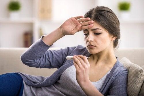 Feber kan vara ett symptom på blindtarmsinflammation