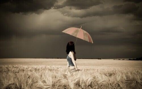 4-kvinna-med-paraply-på-fält