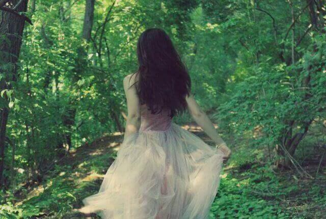 Kvinna-i-skogen
