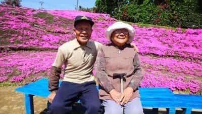 Man planterar 1000 blommor åt blind fru