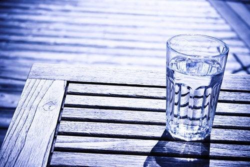 vattenglas på bord