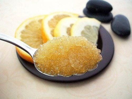 Gör egna naturliga exfolianter med honung och citron