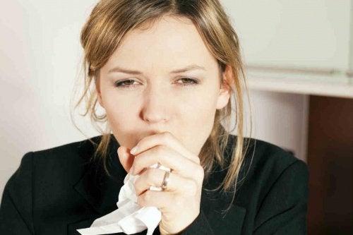 Hostande-kvinna