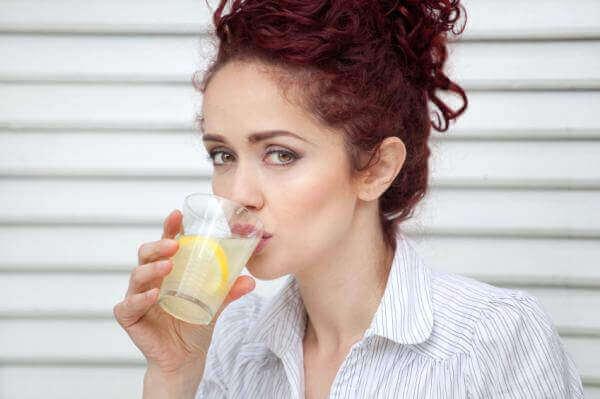 kvinna-med-lemonad