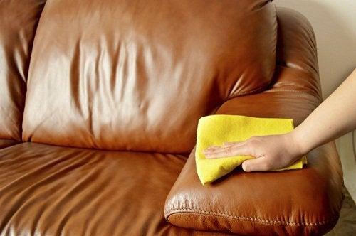 rengör-lädersoffan-med-dammtrasa