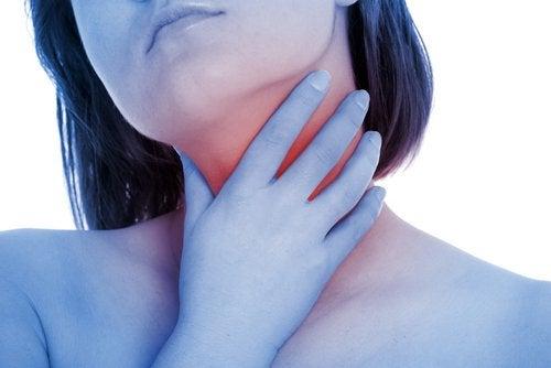 Kvinna med halsont